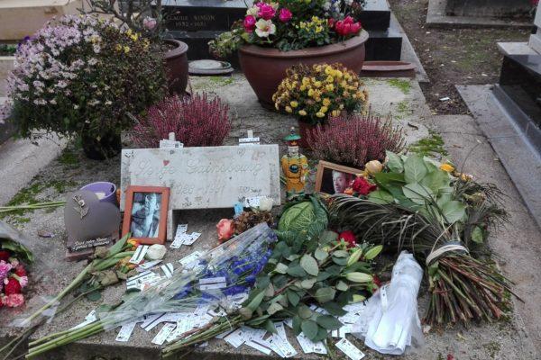 la tombe de serge gainsbourg. cimetière du montparnasse. paris.
