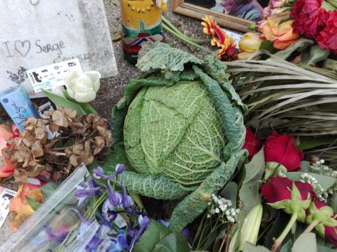 La Femme Qui Marche. Tombe gainsbourg. Cimetière Montparnasse.IMG_20190101_140951