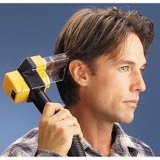 Georges clooney se coupe lui même les cheveux avec un flowbee.