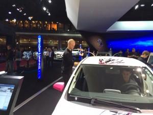 Mondial de l'automobile. Peugeot. 108. Hôtes qui lavent.