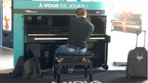 Sncf. A vous de jouer. pianiste