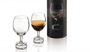 Nespresso. café bu dans un verre.