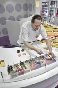 MACARONS gourmands. Yannick lefort en train d'en confectionner.
