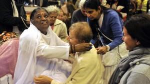 Amma en train de prodiguer ses étreintes. Darshan.
