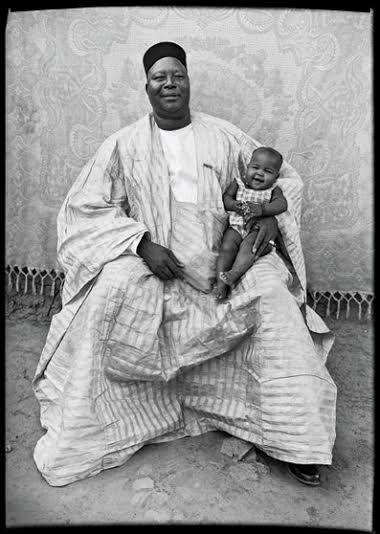Seydou Keïta. Grand Palais. Enfant avec homme influent.