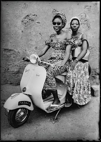 Seydou keïta. femmes sur un scooter. Grand Palais.
