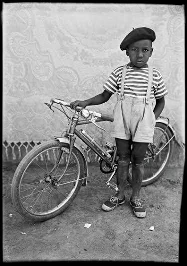 seydou Keïta. Grand palais. Enfant au vélo.