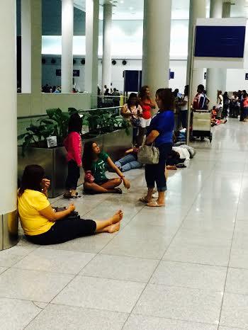 manille. Aéroport. dormir par terre.