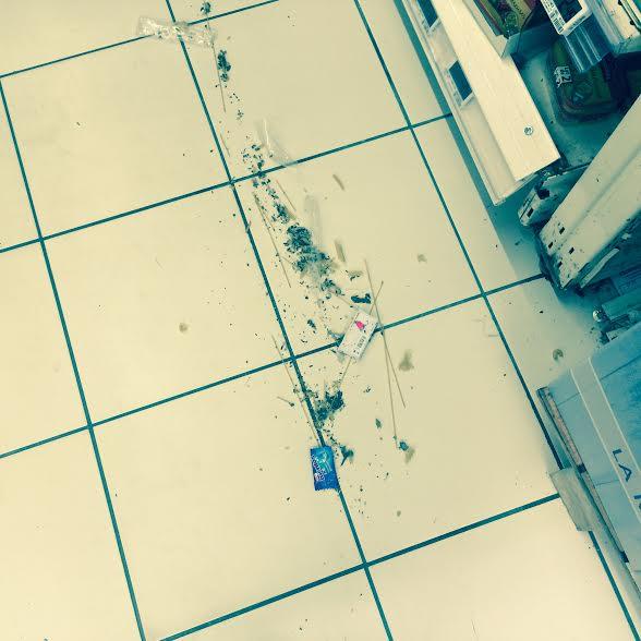Auchan. Allées détritus pas ramassés.