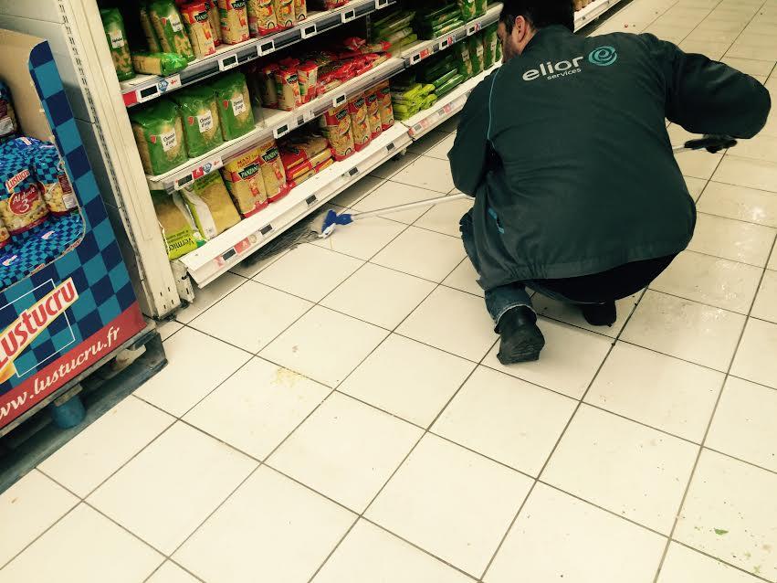 Auchan. Serpillère sous les rayonnages.
