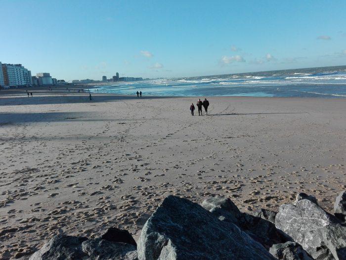 Ostende. La plage. La Femme Qui Marche.