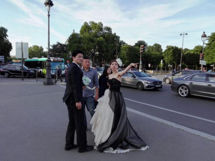 La mariée était en noir. Pont des Invalides. La femme Qui Marche