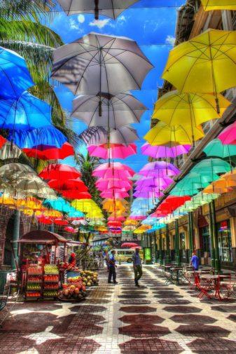 La femme Qui Marche. Parapluies Caudan.