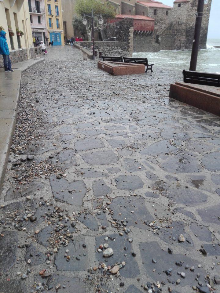 Collioure. Pavés chariés par la mer. La Femme Qui Marche