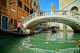 venise : les touristes ne monteront plus qu'à cinq dans les gondoles. perché ?