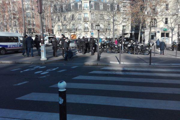covid : peu de masques dans les rues de paris.